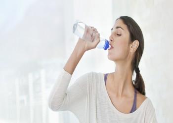 كيف يمكن خسارة الوزن عبر شرب «كوب ماء» فقط