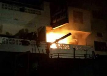 ملثمون بزي شرطة يحرقون المقر الرئيسي لتجمع الإصلاح في عدن