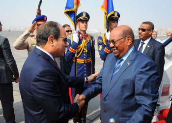 «السيسي» يصل إلى السودان و«البشير» في مقدمة مستقبليه