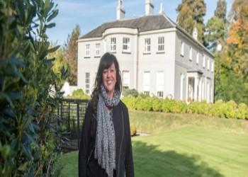 امرأة تبيع قصرا فخما بدولار واحد