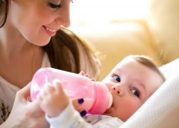 متى تقوم الأم بإرضاع مولودها الجديد؟