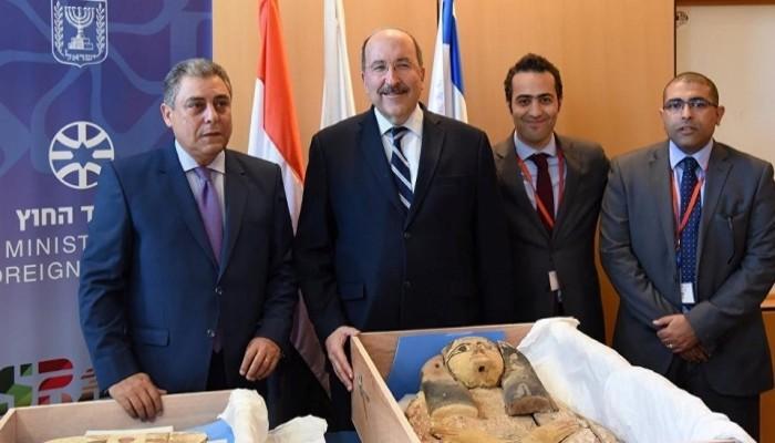 (إسرائيل) تعيد آثارا «مسروقة» إلى مصر تعبيرا عن «متانة» العلاقات بينهما