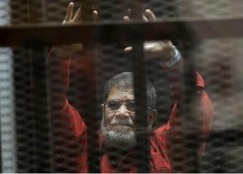 نشطاء عن منع «مرسي» من لقاء أسرته أو محاميه منذ 4 سنوات: العار يلاحق النظام