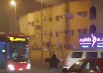 بحرينية تنظم حركة سير السيارات بعد تعطل إشارة المرور