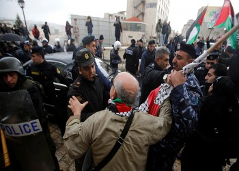 فلسطينيون غاضبون يرشقون موكب بطريرك الروم الأرثوذكس بالبيض والأحذية