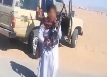 سعودي يعلم طفليه إطلاق النار.. ووزارة العمل توقفه