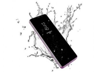 اتهام سامسونغ بعرض إعلانات كاذبة عن هواتفها المقاومة للماء