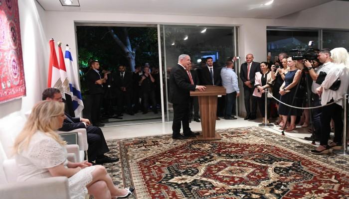 نتنياهو يتغزل في السيسي من منزل السفير المصري بإسرائيل