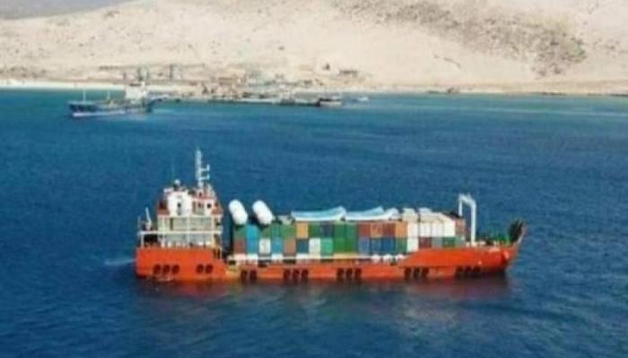 بطلب سعودي.. الحكومة اليمنية تسلم آليات إماراتية بسقطرى للانتقالي الجنوبي