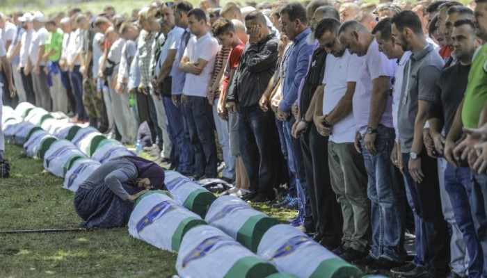 البوسنة تشيع رفات العشرات من ضحايا سيربرينيتسا