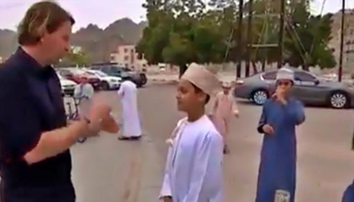 طفل عماني يلقن مراسلا أجنبيا سأله عن المسيحيين درسا (فيديو)