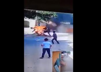 مصر.. شاب يلاحق والده ويشعل النيران به (فيديو)