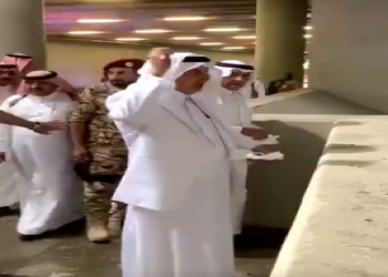 فيديو رمي خالد الفيصل لجمرات الحج يثير سجالا بتويتر