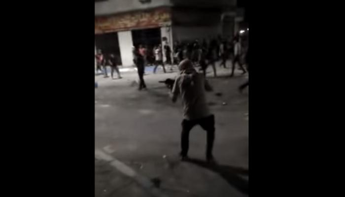 شاهد.. ملثم يطلق النار على الدرك الأردني بمدينة الرمثا