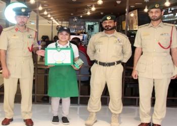 شرطة دبي تكرم عاملة فلبينية بسبب أمانتها