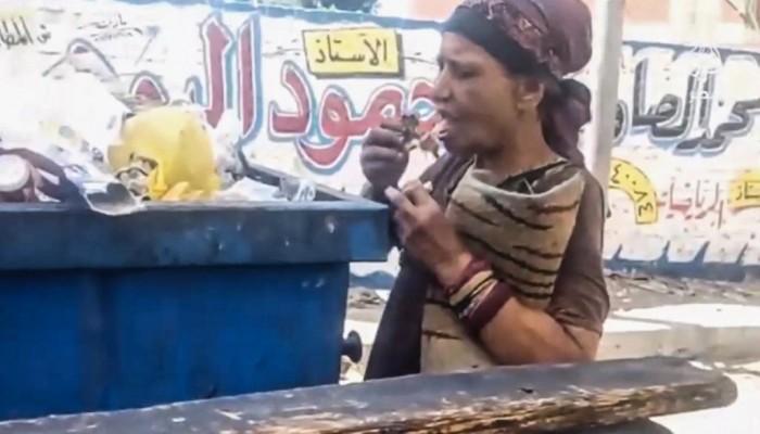 مصرية تأكل من القمامة.. وناشطون: أموالنا تبنى بها قصور السيسي