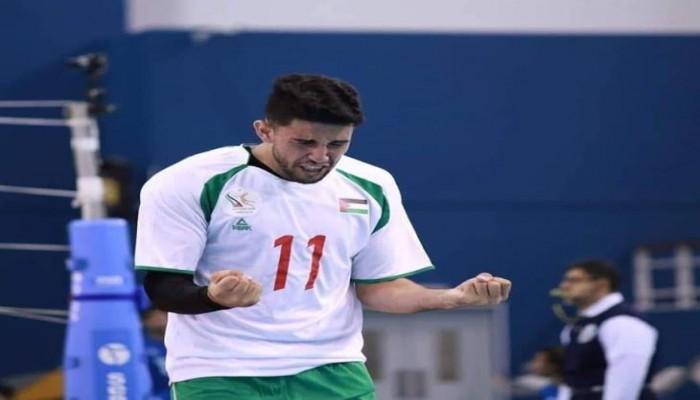 لاعب فلسطيني يحترف كرة اليد والسلة والطائرة في آن واحد