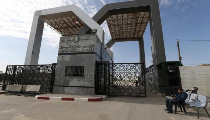 شهود عيان: سماع دوي انفجارات وإطلاق نار في رفح الحدودية بمصر