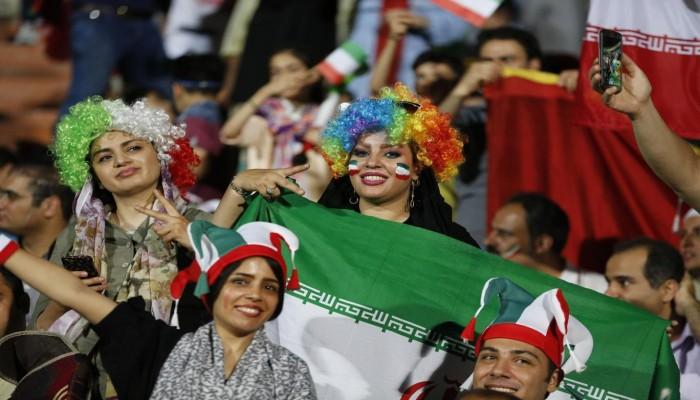 الإيرانيات في ملاعب الكرة بطهران لأول مرة منذ عقود