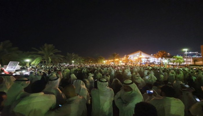 آلاف الكويتيين يتظاهرون ضد الفساد: بس مصخت