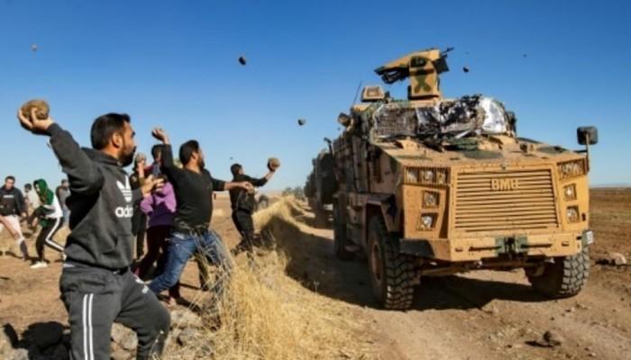 أكراد يرشقون دورية روسية تركية بالحجارة في سوريا