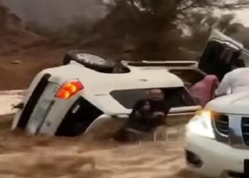 فيديو.. شابان سعوديان ينقذان عائلة عالقة من موت محقق