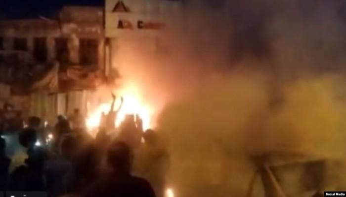 انفجارات تهز ساحة التحرير ببغداد ومقتل متظاهرين (فيديو)
