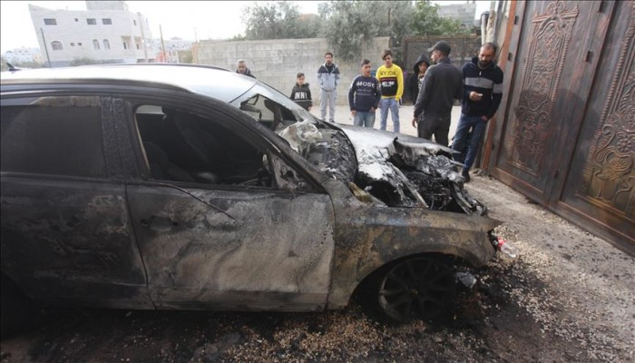 مستوطنون يحرقون ويعطبون 25 مركبة فلسطينية بالضفة الغربية