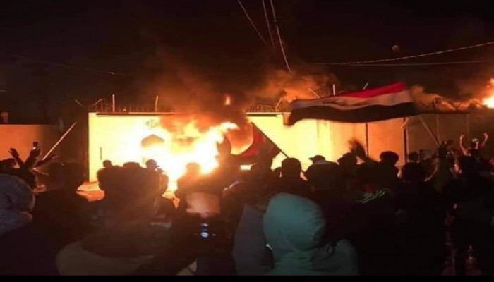 للمرة الثانية بأسبوع.. محتجون عراقيون يحرقون قنصلية إيران بالنجف