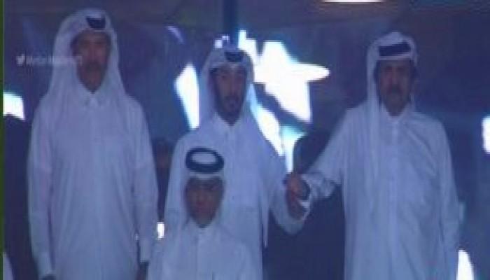 """تداول واسع لصورة وقوف """"الحمدين"""" لعزف النشيد الوطني السعودي"""