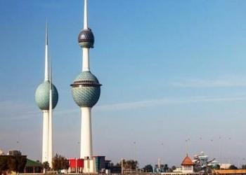 إسرائيلي يزور الكويت مصطحبا مستلزمات صلاته (فيديو)