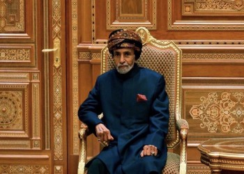 بعمرة ودعاء جماعي.. عمانيون يزيدون الغموض حول صحة قابوس (فيديو)