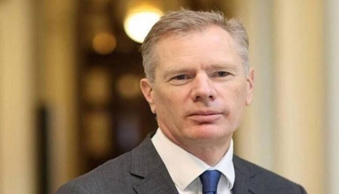 بعد مطالبات بطرده.. السفير البريطاني يغادر إيران