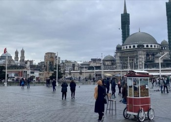 بلدية إسطنبول تزيل صور بوتين البطل الخارق في تقسيم