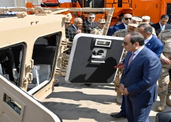 السيسي يتفقد أسلحة مصرية الصنع.. بينها مدرعة مثيرة للجدل