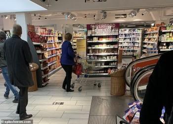 ميركل تتسوق بمفردها.. وهذا ما اشترته