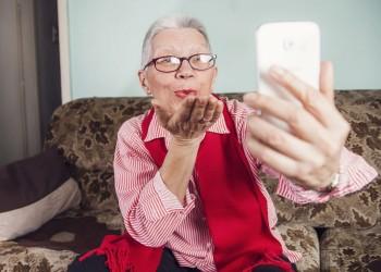 طبيب يدعو الشباب للتواصل مع أجدادهم هاتفيا أثناء العزل