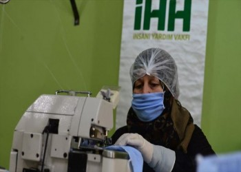 ردا للجميل.. سوريات يتطوعن لإنتاج الكمامات في تركيا