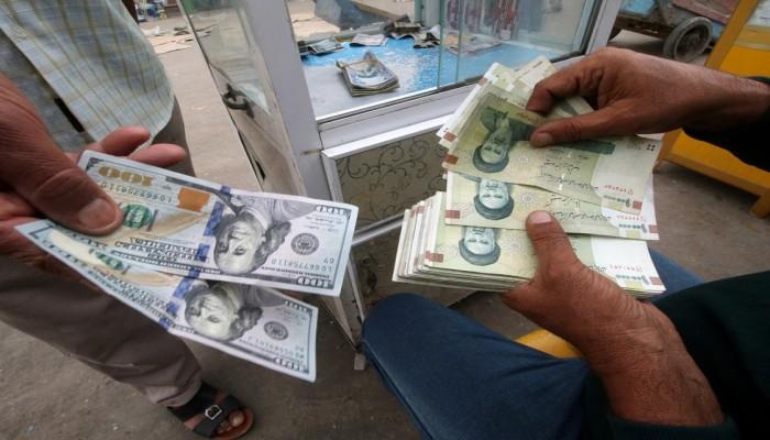 كورونا والعقوبات الأمريكية يهويان بالريال الإيراني لمستوى قياسي