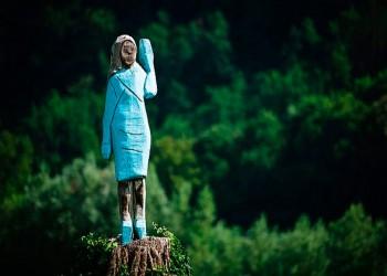 مجهولون يحرقون تمثالا خشبيا لميلانيا ترامب في مسقط رأسها