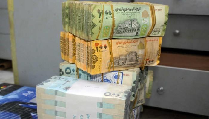 800 ريال لكل دولار.. انهيار العملة يفاقم أزمة الاقتصاد اليمني