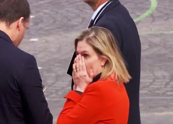 وزيرة فرنسية في موقف محرج.. نسيت ارتداء الكمامة (فيديو)