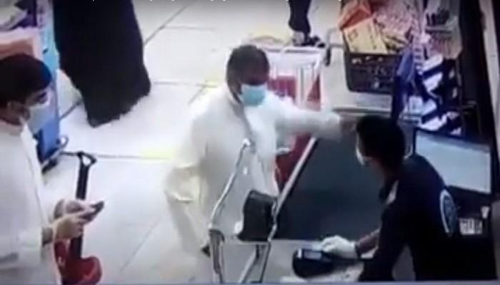 صفعه على وجهه 3 مرات.. كويتي يعتدي على مقيم مصري بمحل عمله