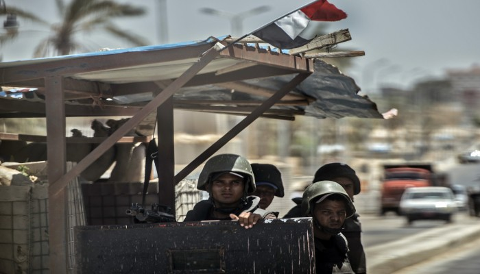 مصر.. مقتل طالب بعد إطلاق الجيش النار على حافلة بسيناء