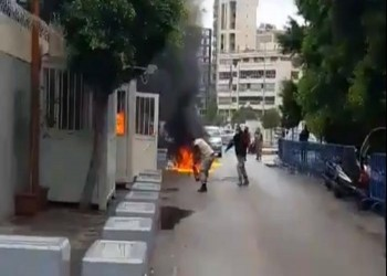 مشهد مؤلم.. لبناني يحرق نفسه أمام مركز للضمان الاجتماعي ببيروت