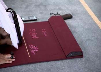 سجادة صلاة ذكية.. ابتكار قطري لمساعدة المسلمين الجدد (صور)