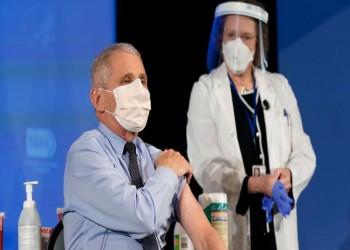 فاوتشي يتوقع استمرار ارتداء الكمامات الطبية في 2022