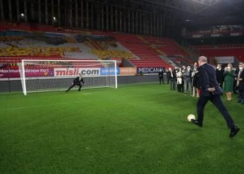 مسددا ركلة جزاء.. أردوغان: سنواصل إحراز الأهداف (صور وفيديو)