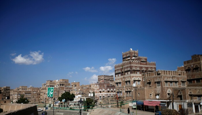 برفقة كبير مفاوضي الحوثيين.. وفد من المكتب السلطاني في عمان يصل إلى صنعاء
