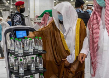 روبوت ذكي لتوزيع عبوات مياه زمزم في الحرمين